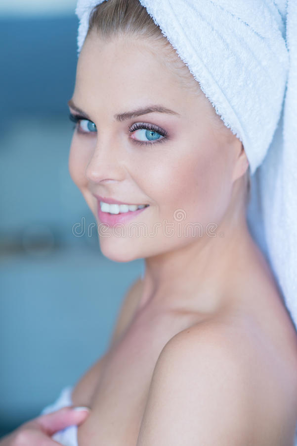 Fresco de mujer sonriente bonita de la ducha imágenes de archivo libres de regalías