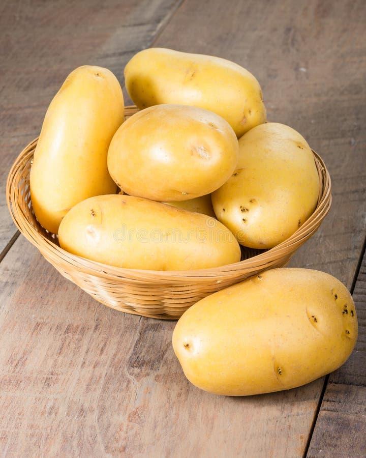 Fresco delle patate bianche selezionato in ciotola di vimini fotografia stock