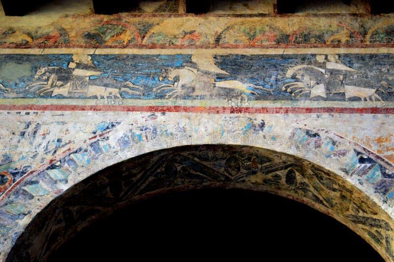 Fresco desvanecido velho acima do arco em paredes da construção românico em Treviso foto de stock