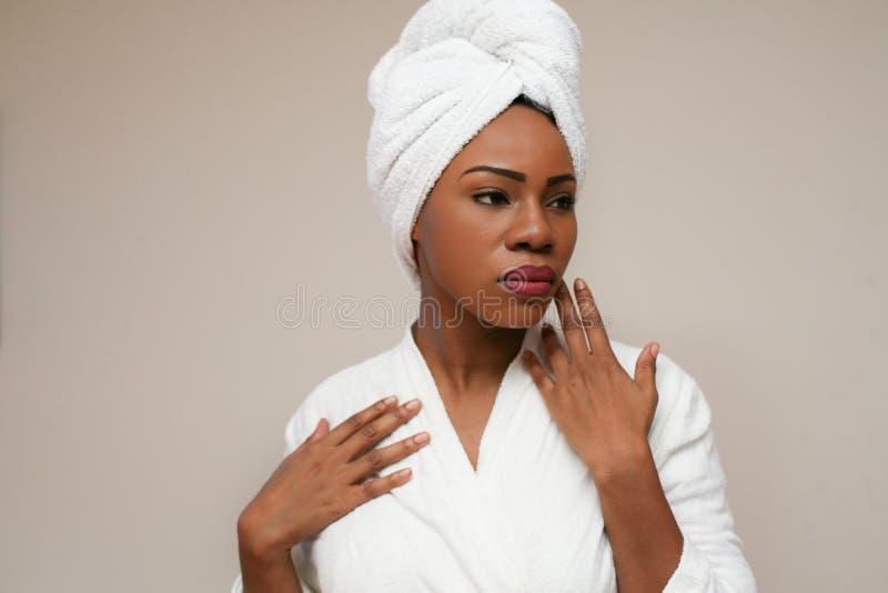 Fresco e bonito Retrato da mulher africana nova imagens de stock royalty free