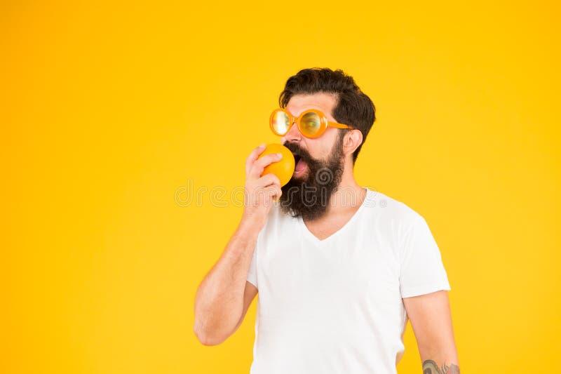 Fresco e saud?vel Fruta suculenta Nutri??o do ver?o Moderno com a barba no humor do verão Moderno farpado do homem na laranja fotos de stock royalty free