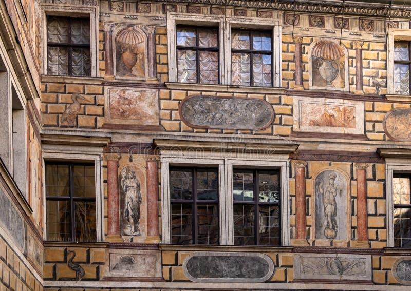 Fresco em um pátio, castelo de Cesky Krumlov, República Checa imagens de stock royalty free