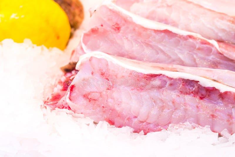 Fresco enfrió hacia fuera los prendederos de los pescados blancos en el contador del hielo fotografía de archivo