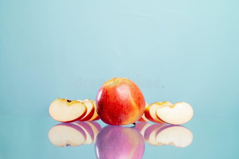Fresco, frutos, maçãs cortadas, maçãs, bio, vitaminas, fotografia de stock royalty free