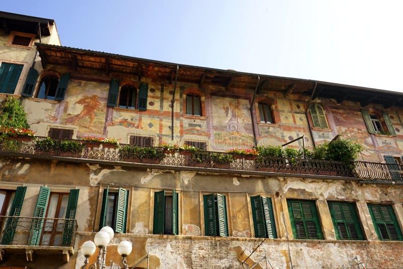 Fresco italiano en fachada del edificio fotos de archivo