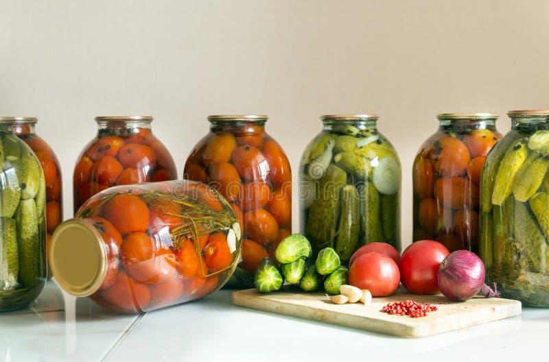 fresco, pepinos, tomates, cebolla, ajo, rojo, pimienta, tabla, i imagen de archivo libre de regalías