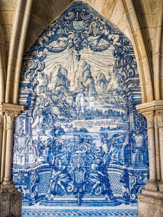 Fresco telhado na catedral românico de Porto, Portugal imagens de stock