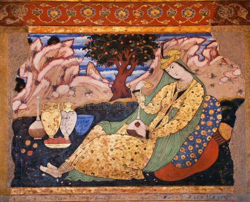 Fresco velho com imagem da mulher persa bonita com os jarros no palácio Chehel Sotoun fotos de stock royalty free