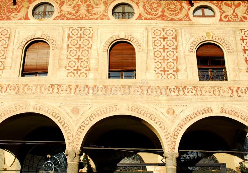 Frescoed ściana z okno i ganeczki obciosujemy Ducale w Vigevano w prowinci Pavia w Lombardy (Włochy) obraz stock