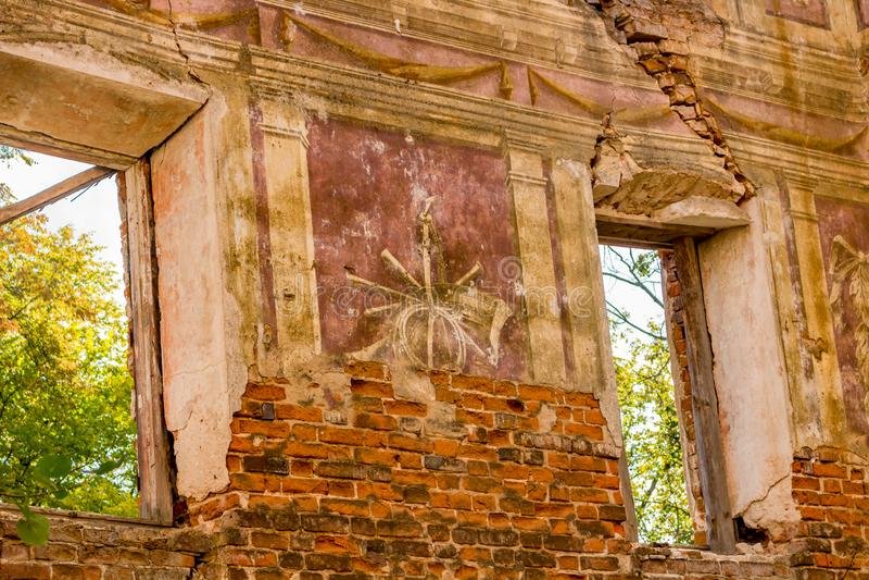 Frescoes på väggarna av en gammal övergiven mangårdsbyggnad av det 18th århundradet royaltyfri fotografi