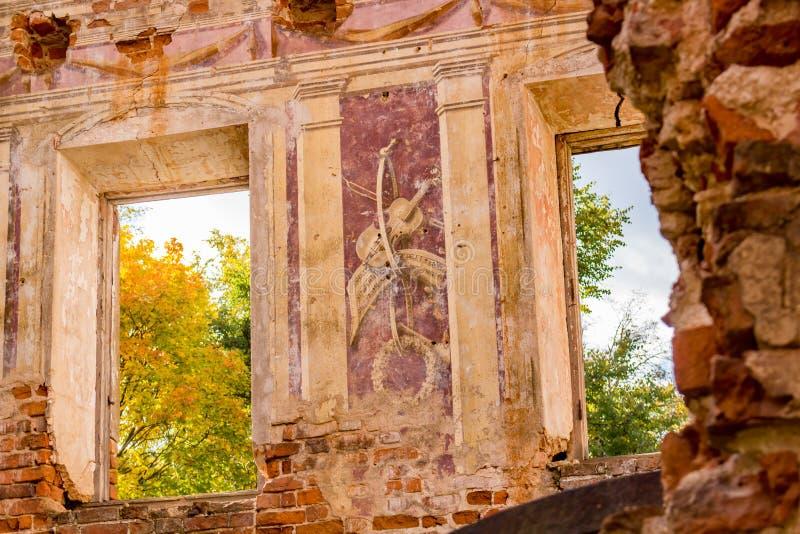 Frescoes på väggarna av en gammal övergiven mangårdsbyggnad av det 18th århundradet royaltyfri bild