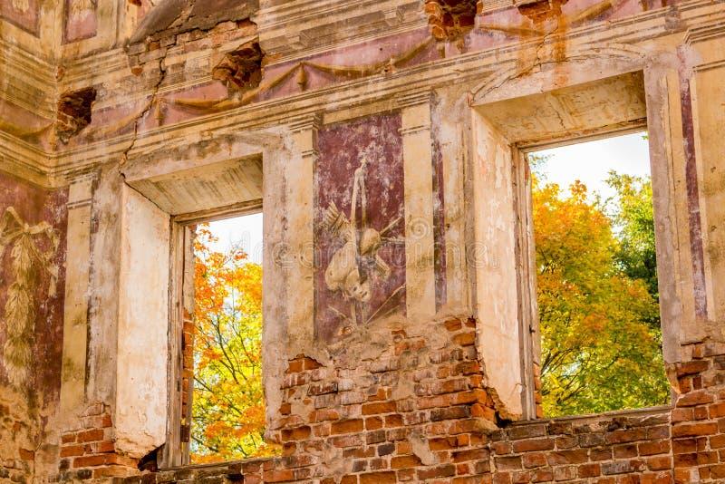 Frescoes på väggarna av en gammal övergiven mangårdsbyggnad av det 18th århundradet arkivbild