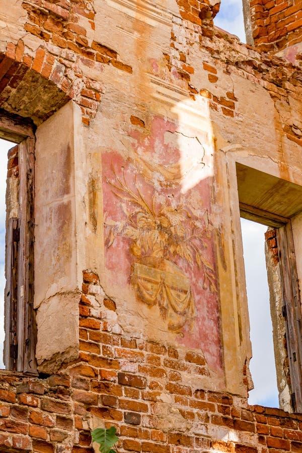 Frescoes på väggarna av en gammal övergiven mangårdsbyggnad av det 18th århundradet arkivfoto