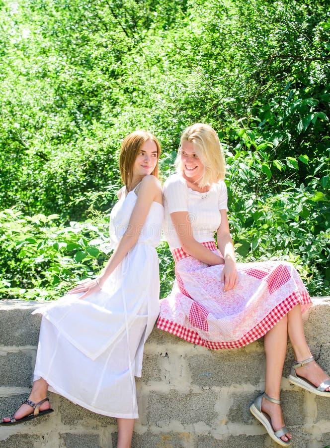 Frescor da pele saudável Skincare e bem-estar Forma do ver?o mulheres bonitas no parque verde Beleza natural Mola foto de stock royalty free