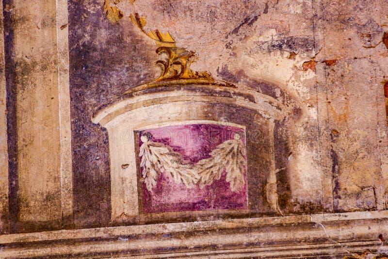 Frescos en las paredes de una casa señorial abandonada vieja del siglo XVIII fotografía de archivo libre de regalías