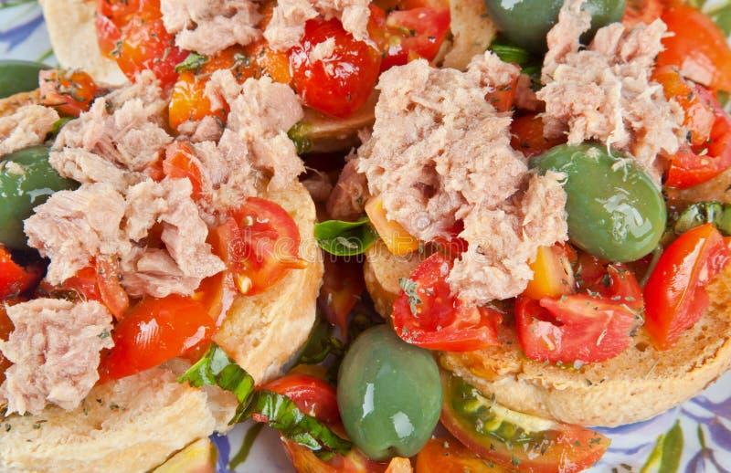 Fresella Italiaans brood met tonijn en tomaten stock afbeeldingen
