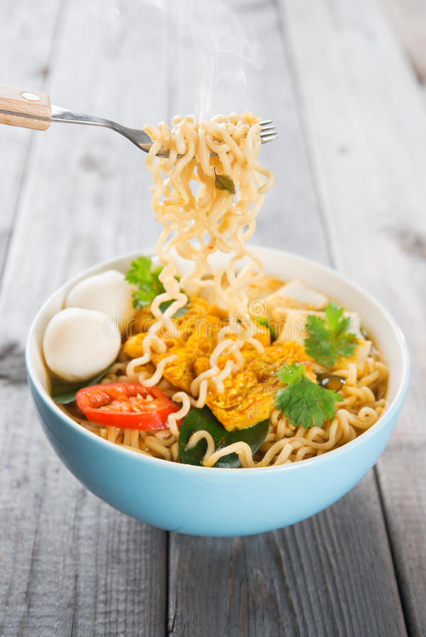 Free Fresh Hot Spicy Curry Instant Noodles Royalty Free Stock Photos - 38366018