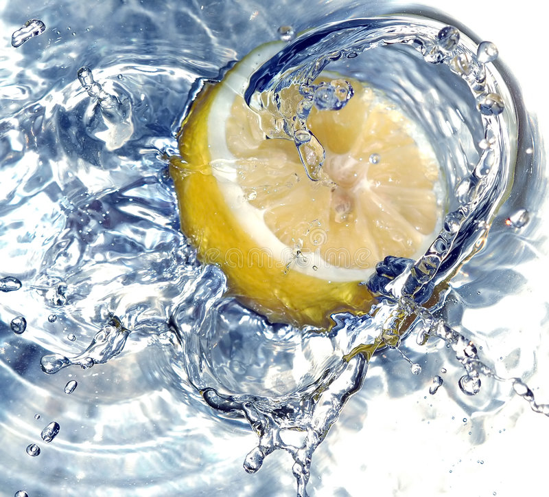 Free Fresh Lemon In Water Royalty Free Stock Images - 658159