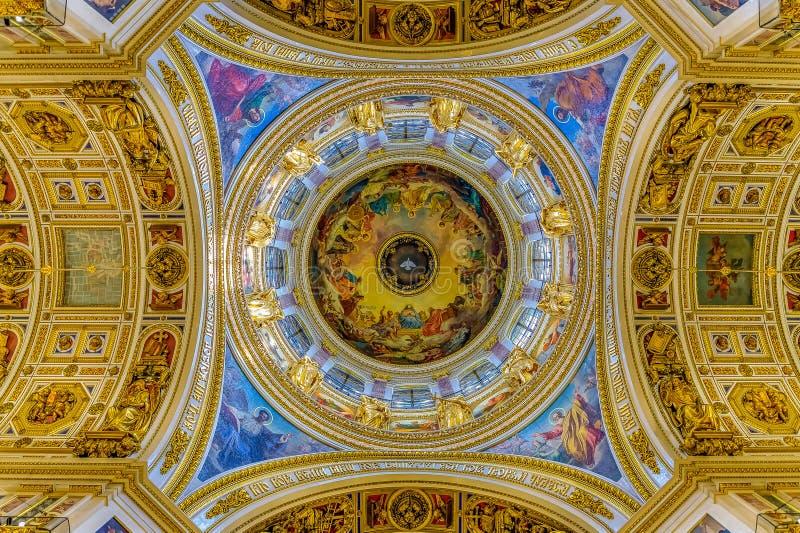 Fresk biel nurkował reprezentujący Świętego ducha na Świątobliwej Isaac katedry Prawosławnej kopule w Świątobliwym Petersburg Ros fotografia stock