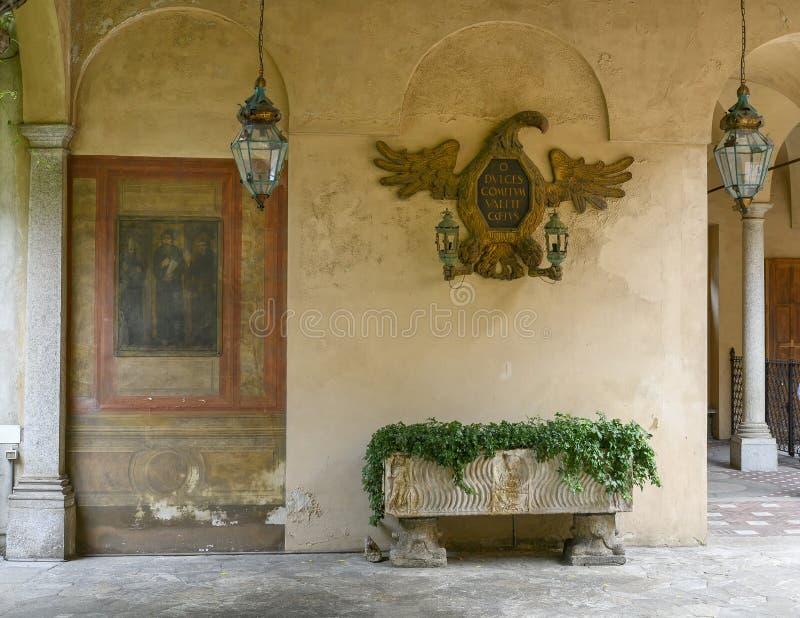 Fresko, adelaarsbeeldhouwwerk, plantar en lampen op buiten het Atellani-Huis, Museo Vigna Di Leonardo, Milaan royalty-vrije stock afbeeldingen