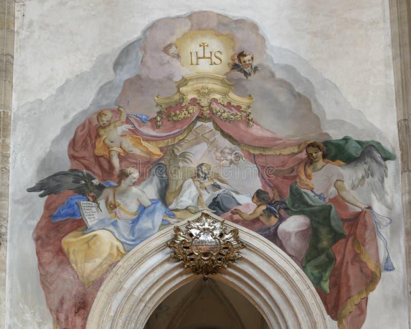 Fresko bij ingang aan Franciscus Xaverius Chapel, Binnenlandse Piarist-Kerk, Krems op de Donau, Oostenrijk royalty-vrije stock fotografie