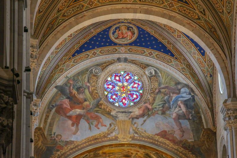 Fresko en gebrandschilderd glasvenster op het binnenland van de Kathedraal van Luca Cattedrale Di San Martino toscanië Italië royalty-vrije stock afbeeldingen
