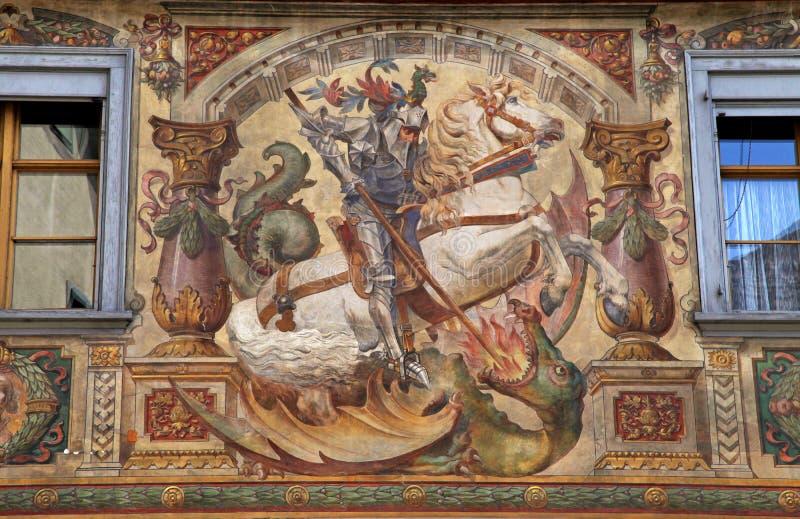 Fresko met St. George bij de middeleeuwse bouw stock afbeeldingen