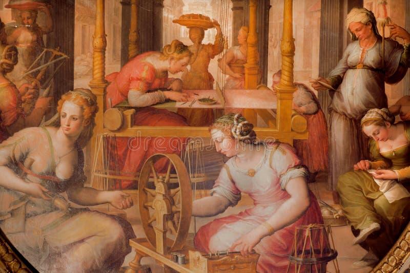 Fresko mit den Frauen, die Hausarbeit auf Wand von Palazzo des 14. Jahrhunderts Vecchio nähen und tun lizenzfreies stockfoto