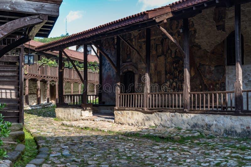 Fresko op kerkmuur in binnenplaats van het Middeleeuwse Orthodoxe Klooster van Rozhen, dichtbij Melnik stock fotografie