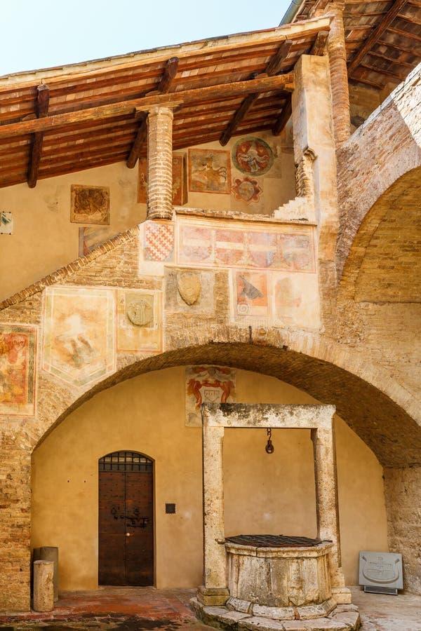 Freskoschilderijen op een trap in een Italiaanse binnenplaats royalty-vrije stock foto