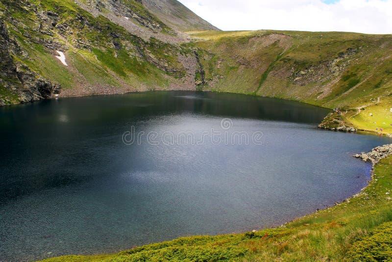 Fresness весны предпосылки lanscape озера глаза горы Rila стоковая фотография
