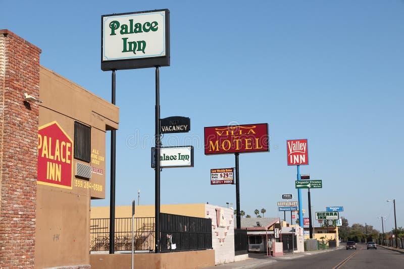 FRESNO, ESTADOS UNIDOS - 12 DE ABRIL DE 2014: Fileira do motel em Fresno, Califórnia Há aproximadamente 150 motéis em Fresno, o 5 fotos de stock royalty free