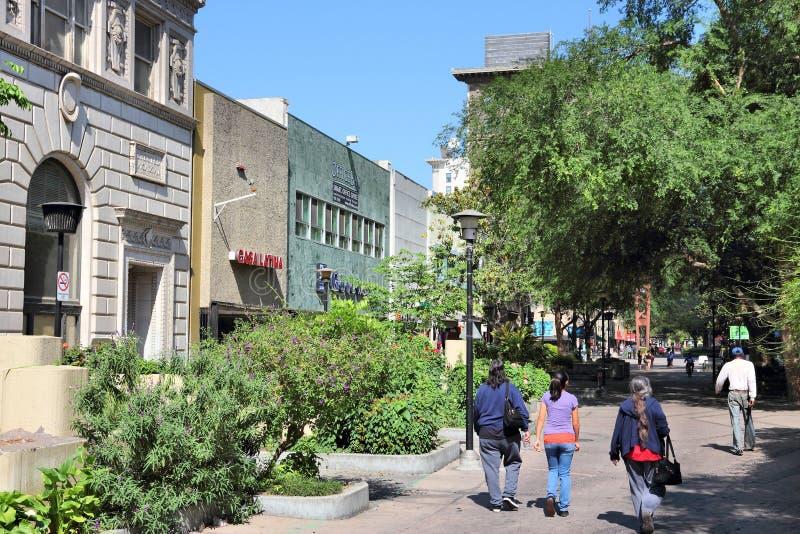 FRESNO, ESTADOS UNIDOS - 12 DE ABRIL DE 2014: La gente camina en Fresno, California Fresno es la 5ta la mayoría de la ciudad popu foto de archivo libre de regalías