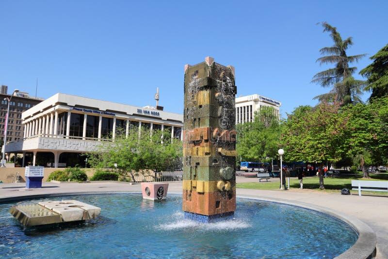 FRESNO, ESTADOS UNIDOS - 12 DE ABRIL DE 2014: Parque en Fresno, California Fresno es la 5ta la mayoría de la ciudad populosa en C imagen de archivo