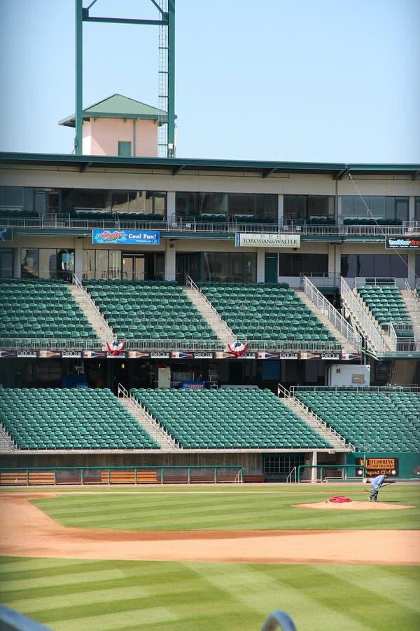 FRESNO FÖRENTA STATERNA - APRIL 12, 2014: Chukchansi parkerar baseballstadion i Fresno, Kalifornien Stadion är hem- för Fresnoen royaltyfri fotografi