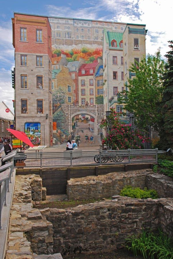 Fresque des Québécois Quebecois είναι η δημοφιλέστερη τοιχογραφία στην πόλη του Κεμπέκ με την περιοχή ανασκαφής στο πρώτο πλάνο στοκ εικόνα