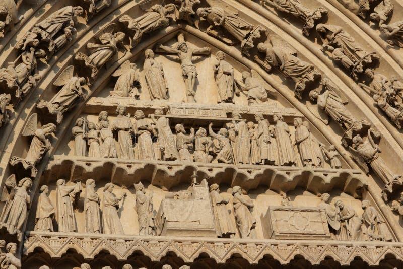 Fresque religieux sur la cathédrale d'Amiens photographie stock libre de droits