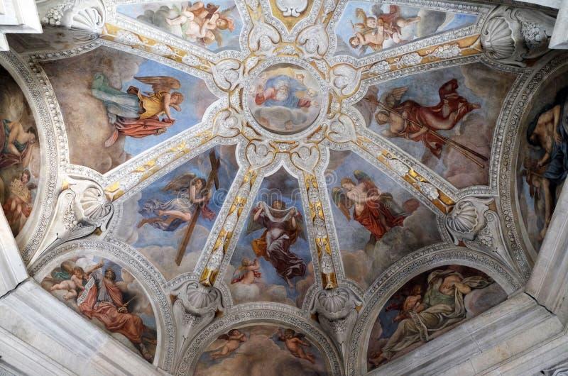 Fresque sur le plafond de la chapelle de Cybo-Soderini dans l'église de Santa Maria del Popolo, Rome photographie stock libre de droits