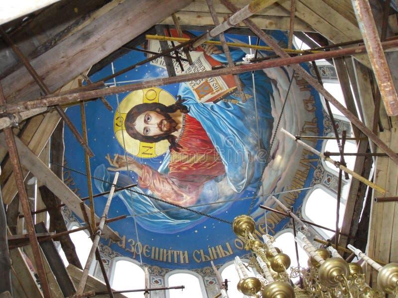 Fresque sur le plafond du dôme du lustre de temple et en bronze chrétien restauration Héritage historique de la Russie Concept — photographie stock