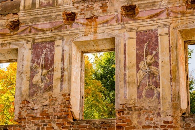 Fresques sur les murs d'un vieux manoir abandonné du XVIIIème siècle photographie stock libre de droits