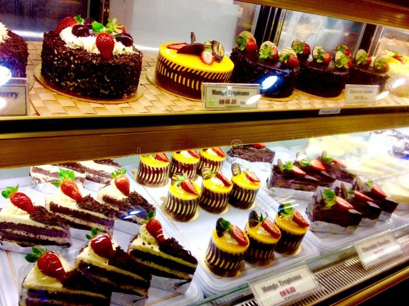 Frestande ostkaka för mango för efterrätter för kakor för söt choklad för bageriinfall & nya jordgubbar royaltyfri bild