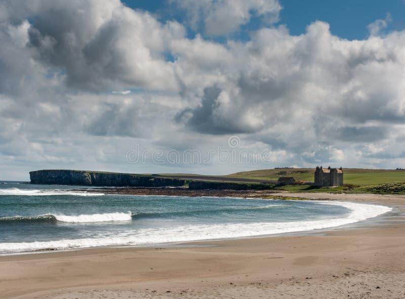Freswick fjärd med klippor och det starka huset, Skottland arkivfoton