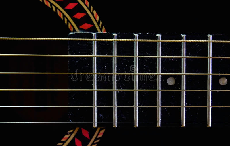 Fretboard και σειρές σε μια παλαιά κιθάρα στοκ εικόνες