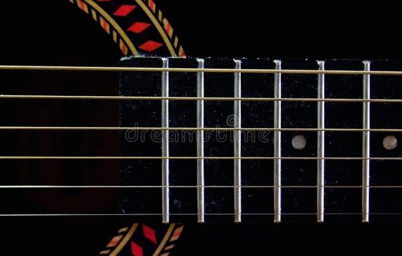 Fretboard und Schnüre auf einer alten Gitarre stockfoto