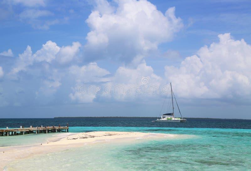 Frete o iate perto de Goff s Caye em Belize fotografia de stock