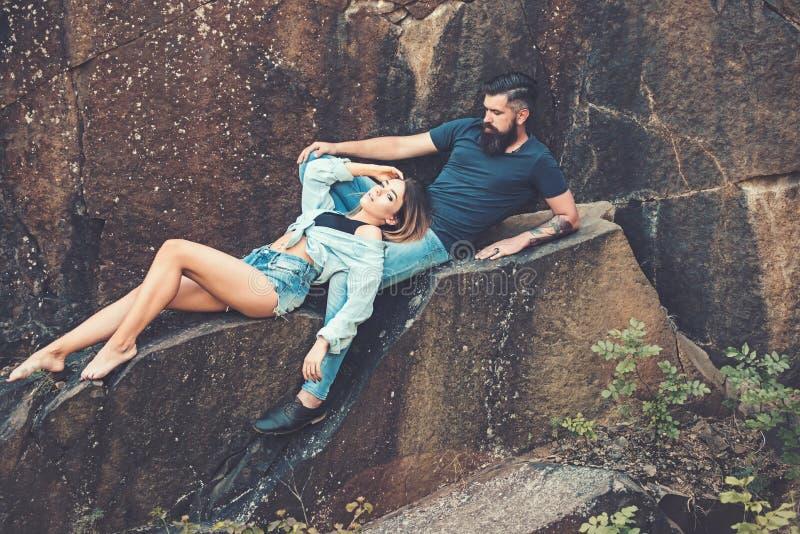 Freude am Sein in der Liebe Sexy Frau und bärtiger Mann auf Naturlandschaft : Paare in der Liebe lizenzfreies stockbild