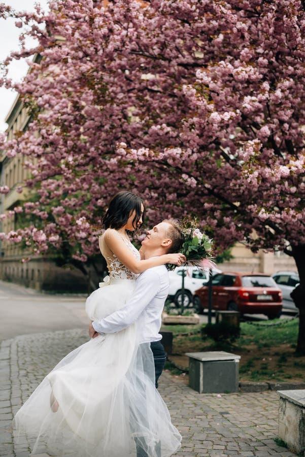 Freude und Glück auf den Gesichtern der Braut und des Bräutigams an ihrem Hochzeitstag lizenzfreie stockbilder