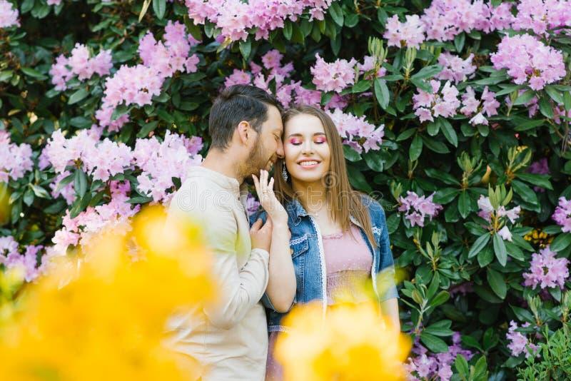 Freude und Glück im Verhältnis der Liebe zwischen einem Kerl und einem Mädchen stockfoto