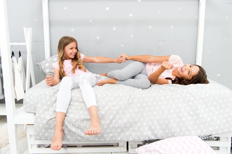 Freude und Glück Scherzt beste Freunde der Mädchenschwestern voll von Energie in der frohen Stimmung Konzept des gutenmorgens Kin stockbild