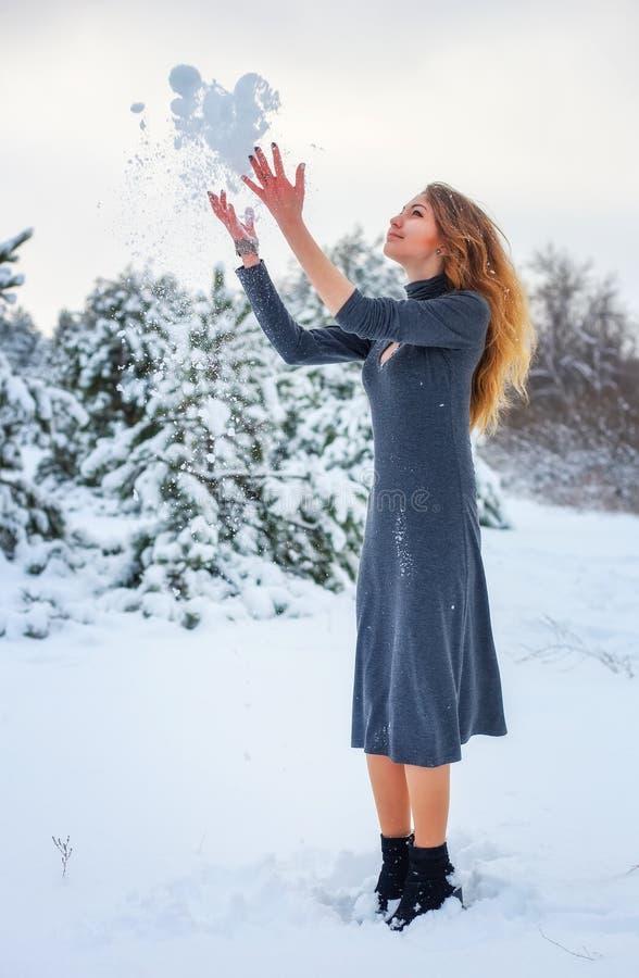 Freude von einem ersten Schnee im Waldguten Winterwetter stockbilder